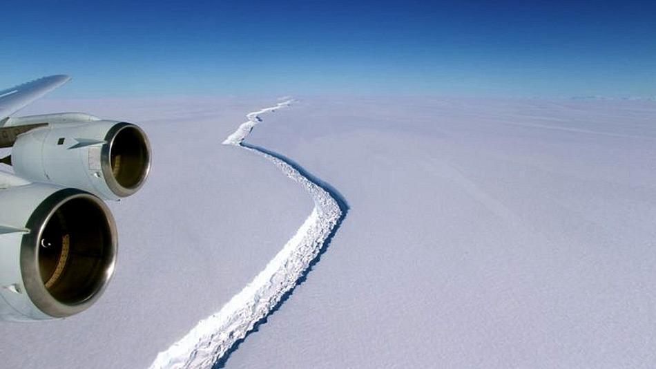 Der Riss, der entdeckt und 2015 wissenschaftlich beschrieben worden war, reicht den ganzen nördlichen Teil des Schelfs entlang und wird seit 2013 regelmässig beobachtet. Doch in den letzten Monaten vergrösserte sich der Riss um 18 km statt der berechneten 2.5 km pro Jahr. Bild: NASA