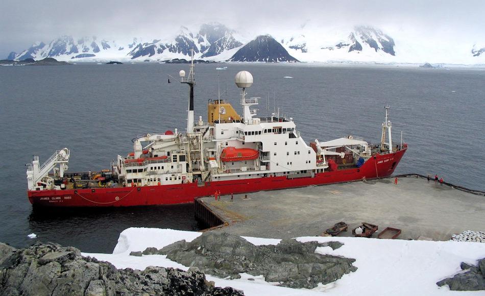 Das Forschungs- und Versorgungsschiff der BAS James Clark Ross ist seit 1991 in Betrieb und ist ausgezeichnet ausgerüstet für Forschungsfahrten. Sie operiert sowohl in der Arktis wie auch in der Antarktis