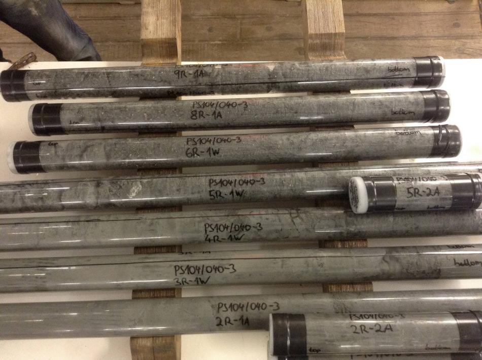 MeBo-Bohrkerne mit verschiedenen Lagen konsolidierten Sediments. Die in den Plastikrohren befindlichen Kerne werden erst später in zwei Hälften geteilt, um die Sedimente zu beproben Foto: Karsten Gohl