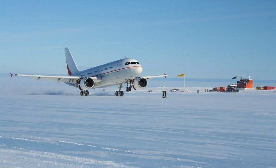 Die AAD benutzt einen eigenen Airbus A319, der speziell ausgerüstet ist, um auf dem Wilkins Flugplatz landen zu können. Die Flüge transportieren normalerweise Mensch und Material. Bild: AAD