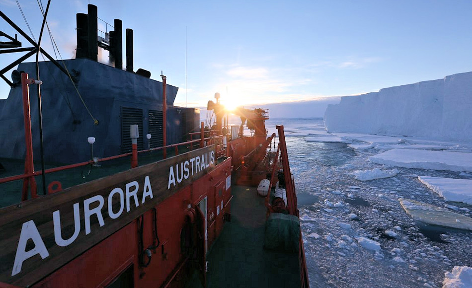 Der australische Eisbrecher Aurora Australis treibt entlang der Kante des Tottengletschers. Das Schiff unterstützte die Forscher zusammen mit der nahen australischen Station Casey. Bild: AAD / Paul Brown
