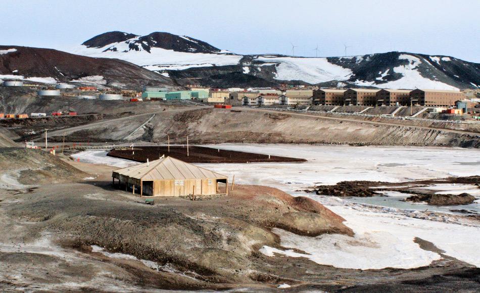 Die Discovery-Hütte auf Ross Island und im Hintergrund die US-amerikanische Basis McMurdo. Von hier aus startete Scott sein Wissenschafts- und Entdeckungsprogramm bis tief in den Kontinent hinein. Bild: Taylor & Francis