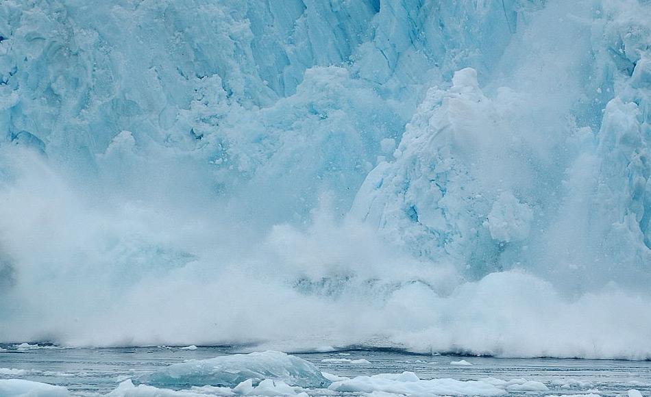 Abbrüche von Gletscherteilen sind immer ein Zeichen der Aktivität eines Gletschers, vor allem durch Schmelzen und Gefrieren. Jedoch sind die Eisschelfe, die wie Korken ein unkontrolliertes Abfliessen der Gletscher verhindern, auch durch Wassermassen und Wellen gefährdet. Bild: Michael Wenger