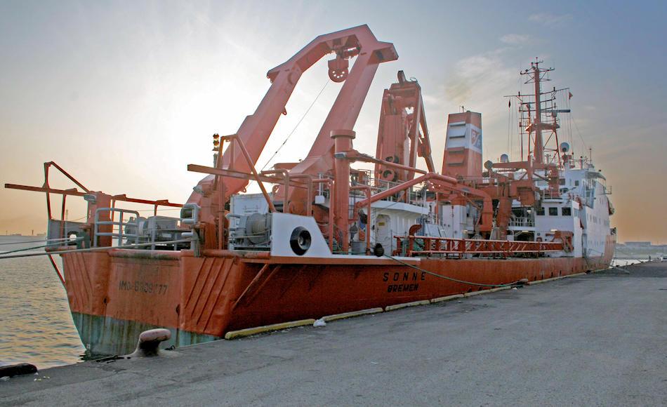 """Das deutsche Forschungsschiff """"Sonne"""" ist für Sedimentprobenentnahmen speziell ausgerüstet und war am Erfolg der Studie massgeblich beteiligt. Bild: Bernhard Diekmann"""