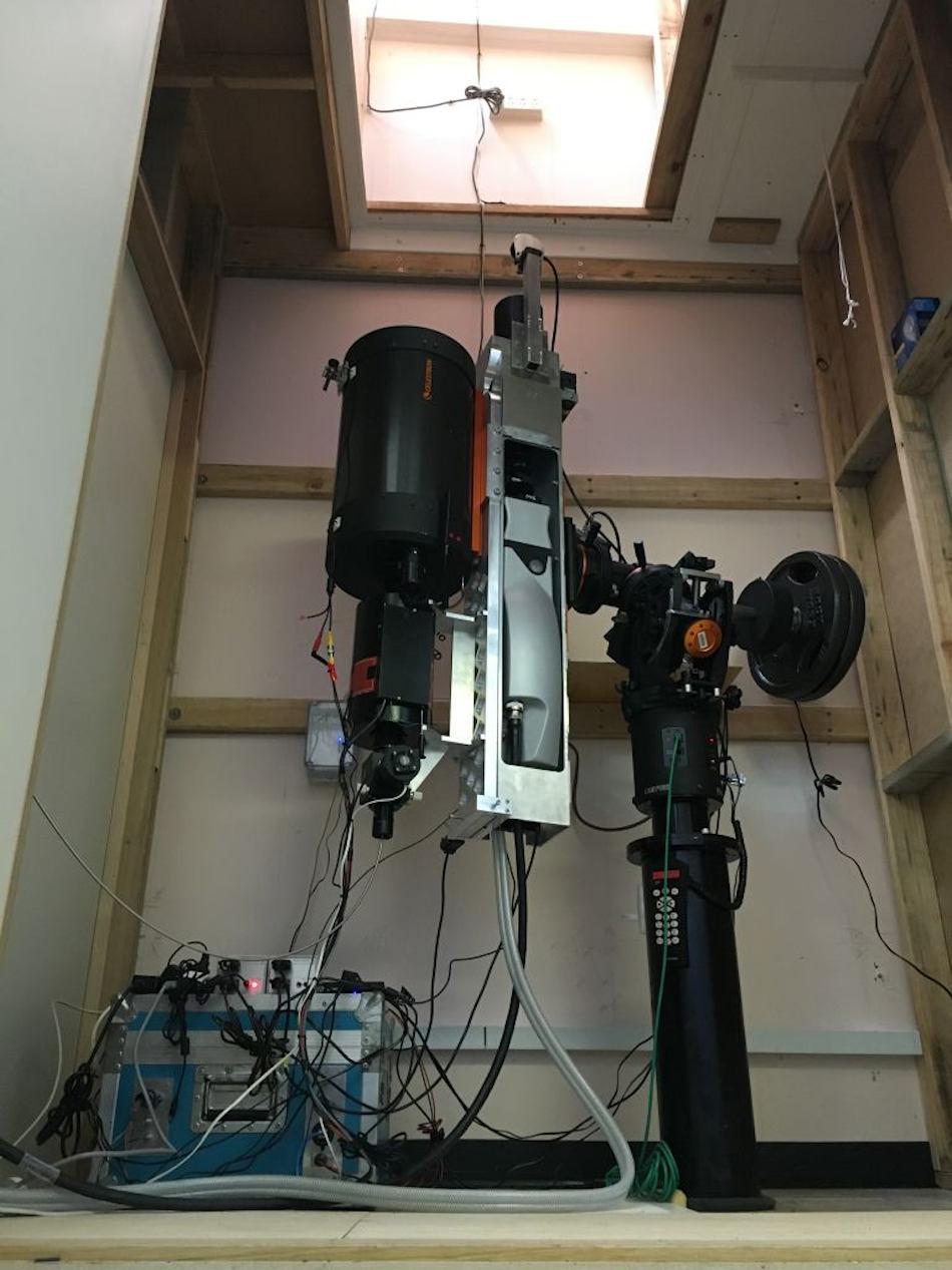 Das LIDAR, welches für dieses Projekt verwendet wird, wurde an Bord des australischen Eisbrechers Aurora Australis zur Antarktisstation Davis transportiert. Es besteht aus einem Lasergerät und einer Reihe von Detektionsinstrumenten, um die Wolkenzusammensetzung zu bestimmen. Bild: Andrew Klekociuk