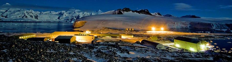Die britische Station Rothera ist seit 1975 in Betrieb und beherbergt im Sommer rund 100 Leute, im Winter 22. Die Station soll in den nächsten Jahren schrittweise modernisiert werden, um für das verstärkte Interesse an der Antarktis bereit zu sein. Bild: BAS