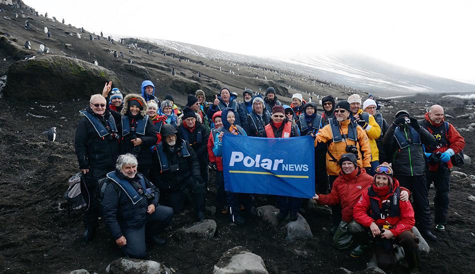 Die PolarNEWS Reisegruppe auf Saunders Island, vorne rechts die Expeditionsleiterin Delphine Aurès, daneben Rolf Stange von Spitzbergen.de