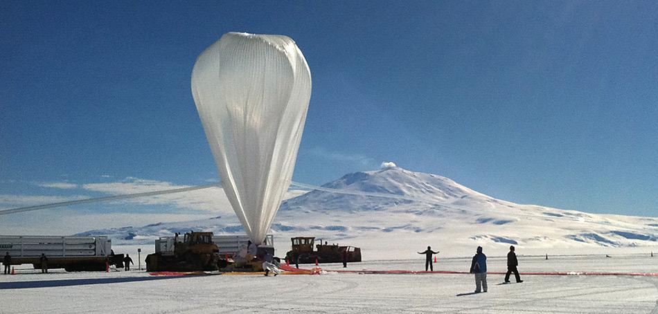 Startklar – Super-Tiger bei klarer Sicht vor dem 3.794 Meter hohen Mount Erebus, dem noch letzten aktiven Vulkan der Antarktis.
