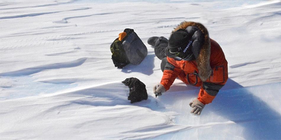 Vorsichtig wird der kostbare Fund im Eis untersucht und angeschrieben, bevor aus dem Eis geborgen wird. ((Foto: International Polar Foundation/Vinciane Debaille)