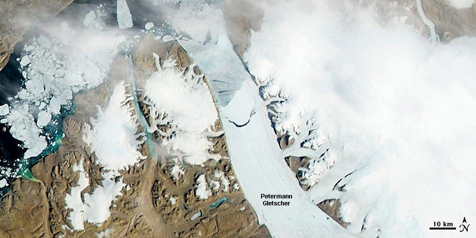Am 5. August 2010 erlangte der Petermann Gletscher internationale Aufmerksamkeit, als es an seiner Zunge zum grössten Eisabbruch in der Arktis seit 1962 kam. Ein 260 km² grosser Eisberg brach ab und driftete ins offene Meer.