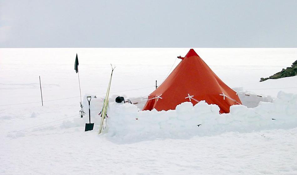 Für die Forschungsarbeiten vor Ort wurden für die Forscher Zelte ausgestellt.