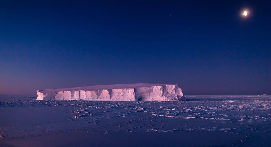Ein Tafeleisberg im antarktischen Weddellmeer. Diese schwimmenden Giganten stellen eine Herausforderung für jeden Schiffssteuermann dar. Das neue satellitengestütze Verfahren hilft den Schiffsbsatzungen, solche Hindernisse rechtzeitig zu erkennen. Foto: Mario Hoppmann, AWI