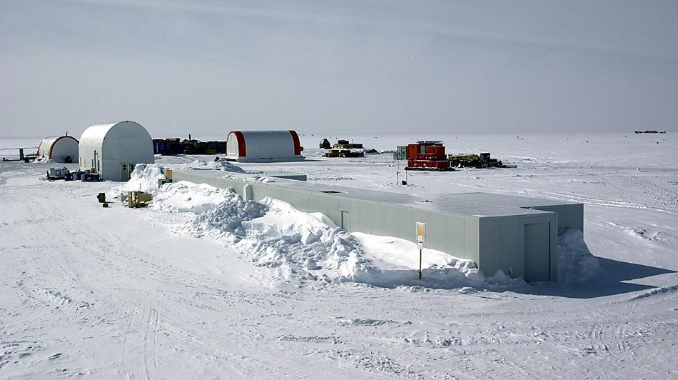 Bei der Station Dome C wurde vor 10 Jahren der bisher älteste Eis entdeckt. Der Ort liegt in der Ostantarktis auf 3'233 Meter ü. Meer.