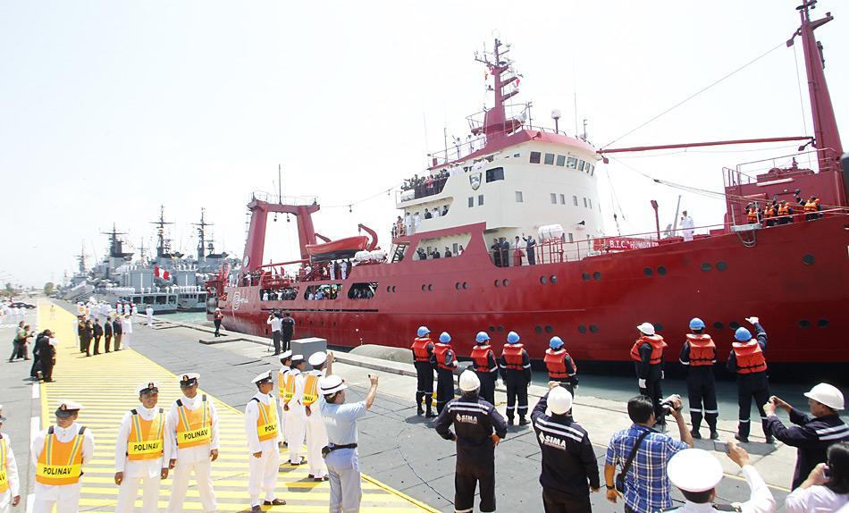 Beim Auslaufen im Hafen von Callao wurde die «BIC Humboldt» von viel Prominenz verabschiedet.