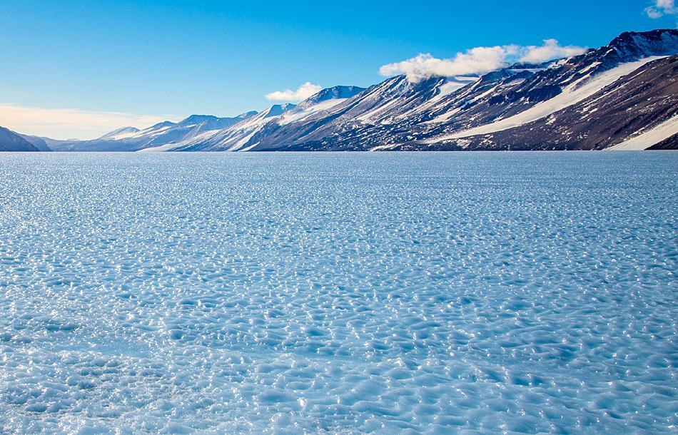 Ein Beispiel eines Gebiets mit blauem Eis, wo altes, tiefliegendes Eis an die Oberfläche gezwungen wird und der Wind die obersten Eisschichten wegträgt, während die Sonnenstrahlung ein Muster ins Eis schmilzt. Bild: Katja Riedel