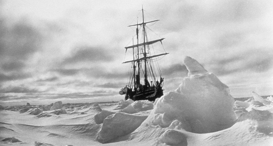 Die im Eis eingeschlossene «Endurance» wurde von den gewaltigen Kräfte zerdrückt und sank am 21. November 1915 im Weddell Meer.