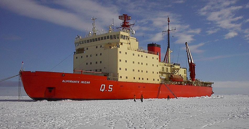 Die knapp 15.000 Tonnen schwere «Almirante Irizar» wurde 1977 in Finnland gebaut. Mit 19.000 PS konnte es selbst meterdicke Eisschichten brechen. Der Eisbrecher wurde von der argentinischen Marine zur Versorgung von Basen in der Antarktis eingesetzt.