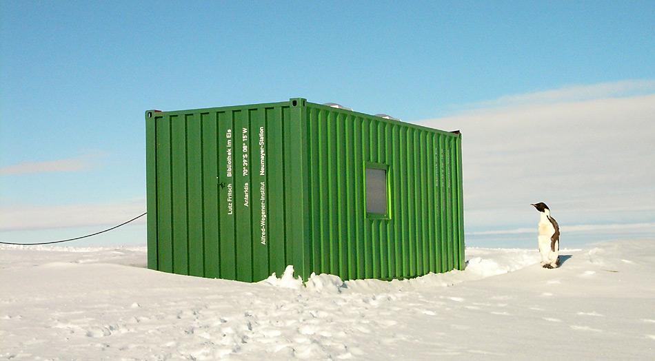 Die «Bibliothek im Eis» erhält Besuch von einem Kaiserpinguin. Bild: Lutz Fritsch