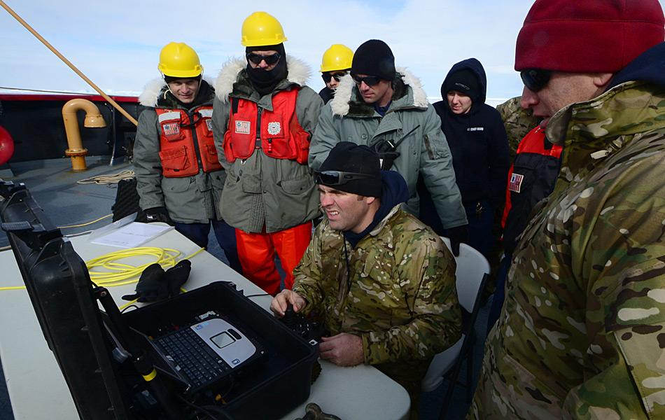 Bill Glenn, ein Techniker und Mitglied des militärischen Tauchteam an Bord des Küstenwachschiffes «Polar Star», bedienen das ferngesteuerte U-Boot zur Inspektion der Propeller der «Antarctic Chieftain» (Foto: U.S. Coast Guard / George Degener)