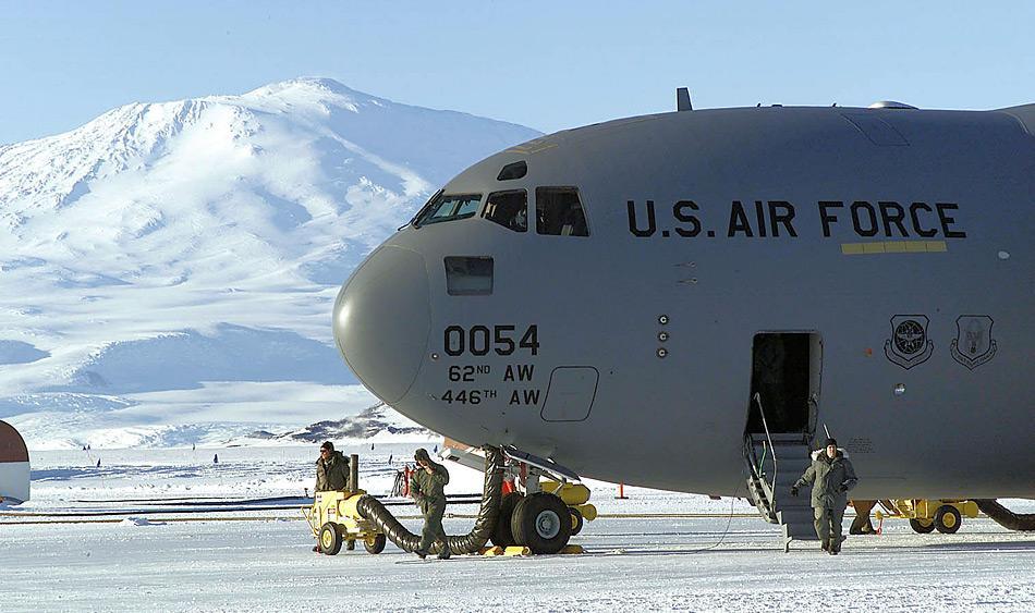 Die Boeing C-17 Globemaster auf dem Meereis in der Nähe der amerikanischen McMurdo Station, Antarktis. Im Hintergrund ist der aktive Vulkan Mt. Erebus zu sehen. Foto: US Air Force