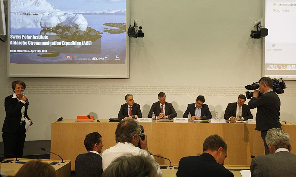 Das neugegründete Schweizer Polarinstitut rief ein grosses Medienecho hervor. An der Pressekonferenz traten Professor Thomas Stocker (Uni Bern, ganz links), Polarforscher und Mäzen Frederik Paulsen (2.v.l), Professor Philippe Gillet (EPFL, 2.v.r.) und Staatssekretär des SBFI Mauro Dell'Ambrogio auf. Bild: Heiner Kubny