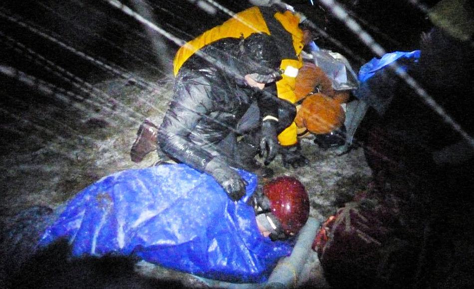 Medizinische Leistung in der Wildnis zu erbringen ist komplett anders als in einem Krankenhaus. Daher müssen Ärzte unter vielen verschiedenen Bedingungen trainieren, auch beispielsweise in einem Schneesturm. Bild: Chris Gallagher