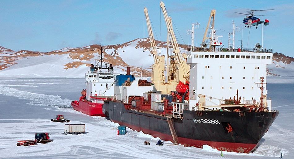 Nur während kurzer Zeit ist das Eis vor der Station Tragfähig um den Entlad der Schiffe zu gewährleisten.