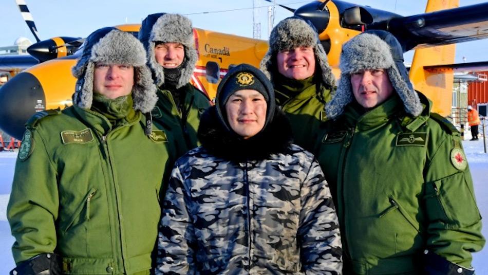 Einer der geretteten Jäger ist umgeben von seinen Rettern, Mitglieder der 440 Transport Staffel der kanadischen Luftwaffe. Bild: Belinda Groves, Canadian Forces