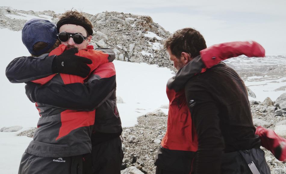 Nachdem die Gruppe 29 Tage lang über die weite Fläche Grönland gelaufen war, wurden die Hügel Ostgrönlands mit grosser Freude erblickt. Tränen der Erleichterung und Umarmungen über die Leistung waren das Resultat am Ende der Strecke. Bild: NZAHT