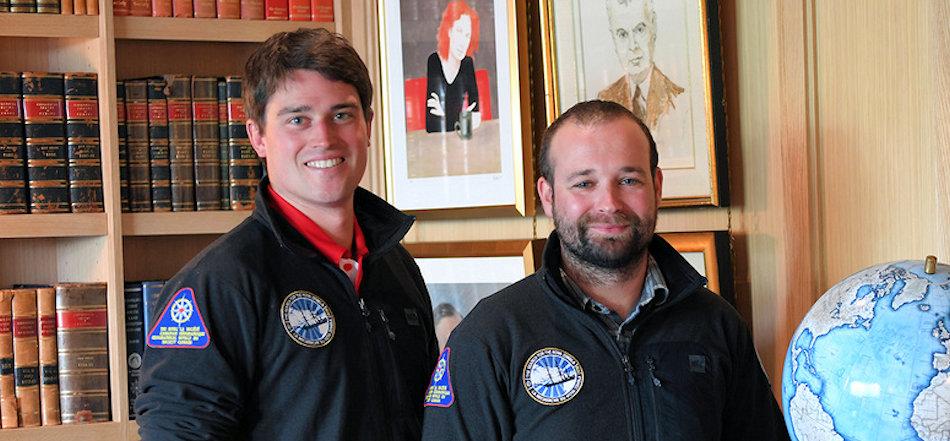 Die beiden Forscher Dr. Michael Moloney (links) und Dr. Matthew Ayre (rechts) strahlen ob ihrem Fund. Diesewr könnte helfen, mehr über den Walfang in der Arktis zu verstehen. Bild: Javier Frutos, Canadian GeographicQuelle: Heath McCoy, Universität Calgary