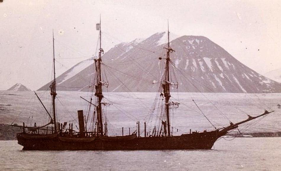 Die Nova Zembla war eines von fünf Schiffen, welches zu Beginn des 20 Jhd. zwischen Kanada und Grönland unterwegs war, um Wale zu jagen. Aufgrund eines Entscheidungsfehlers des unerfahrenen Kapitäns während eines Sturmes sank das Schiff in einem Fjord in der Baffin Bay und wurde vergessen. Bild: Kenn Harper Collection