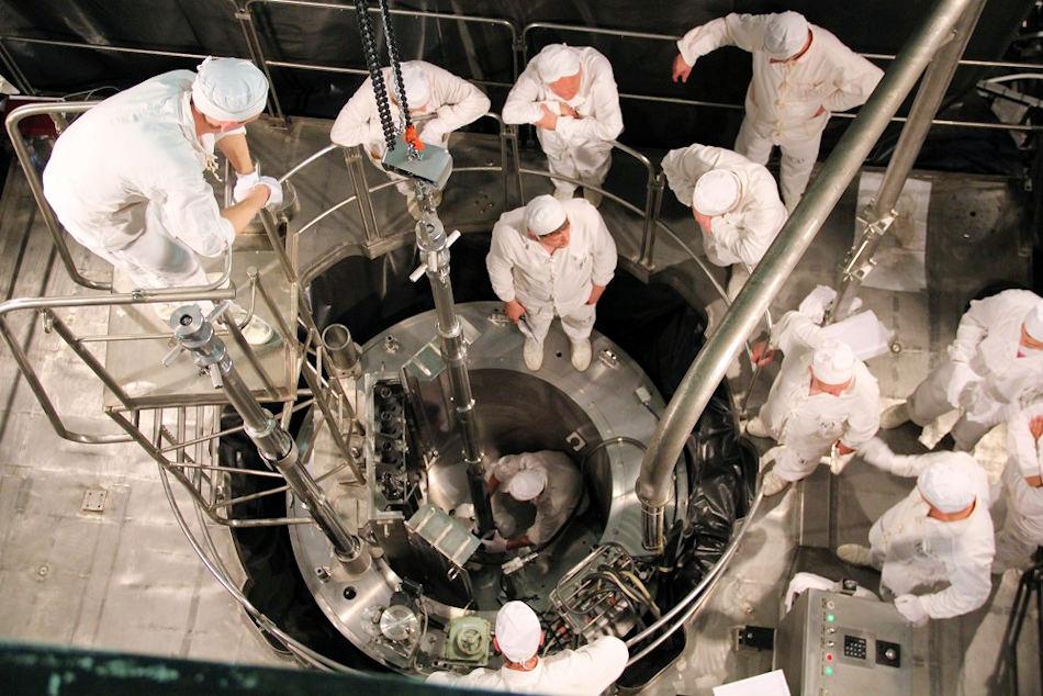 Die Beladung der beiden Reaktoren mit den Uranbrennstäben startete Ende Juli und wurde jetzt mit dem erfolgreichen Start beendet. Der zweite Reaktor auf der anderen Seite soll in den nächsten Wochen gestartet und getestet werden. Bild: Rosatom