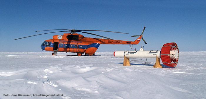 Der EM-Bird der Meereisgruppe des Alfred-Wegener-Institutes vor einem MI-8 Helikopter auf russischem Festeis. Der EM-Bird ist ein Sensor zur Bestimmung der Dicke des Meereises mit Helikoptern und Flugzeugen. Basierend auf dem aerogeophysikalischen elektromagnetischen (EM) Induktionsverfahren, wird die Dicke des Meereises bestimmt durch die Untersuchung der elektrischen Leitfähigkeit des Untergrundes.