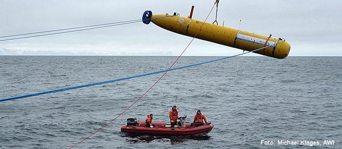 Das 4,3 Meter lange Unterwasserfahrzeug PAUL wird mit Hilfe eines Kranes von Bord des Forschungsschiffes Polarstern aus zu Wasser gelassen.
