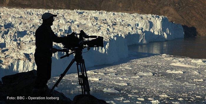 Dreharbeiten der BBC bei bestem Licht an einem Gletscher in der Baffin Bucht.