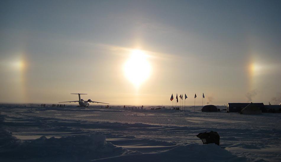 Jedes Jahr, jeweils im April wird für wenige Wochen die temporäre Drifteistation «Barneo» rund 100 Kilometer vom Nordpol entfernt eingerichtet.