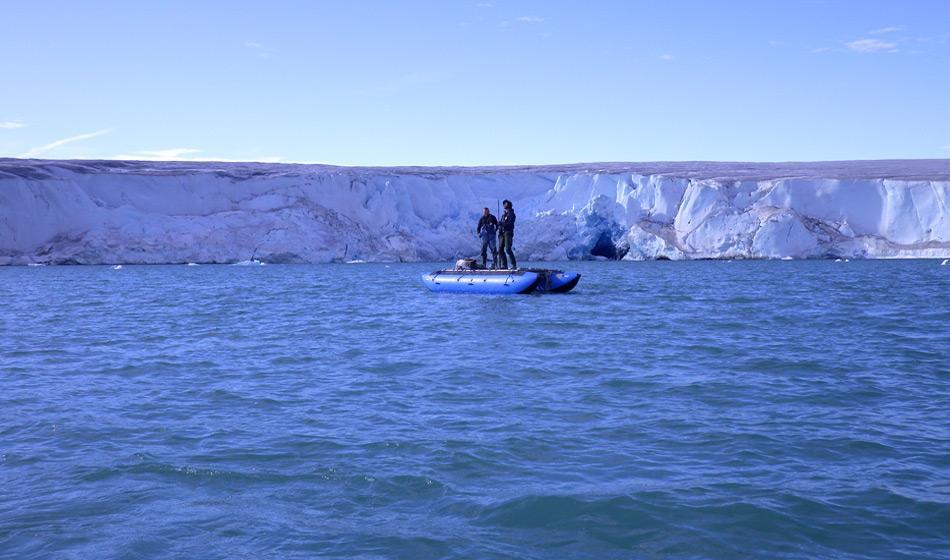 Die Probennahmen in den Seen war keine Aufgabe und benötigte eine kleine Plattform, um die Proben hochzuholen. Photo: Kurt Kjaer