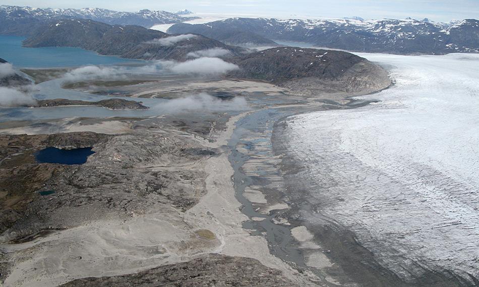 Der kleine See (links) war eine der Stellen der Probenentnahmen während des Projekts. Der See hatte Schmelzwasser vom nahen Gletscher erhalten, als dieser noch näher gelegen war. Photo: Nicolaj Larsen