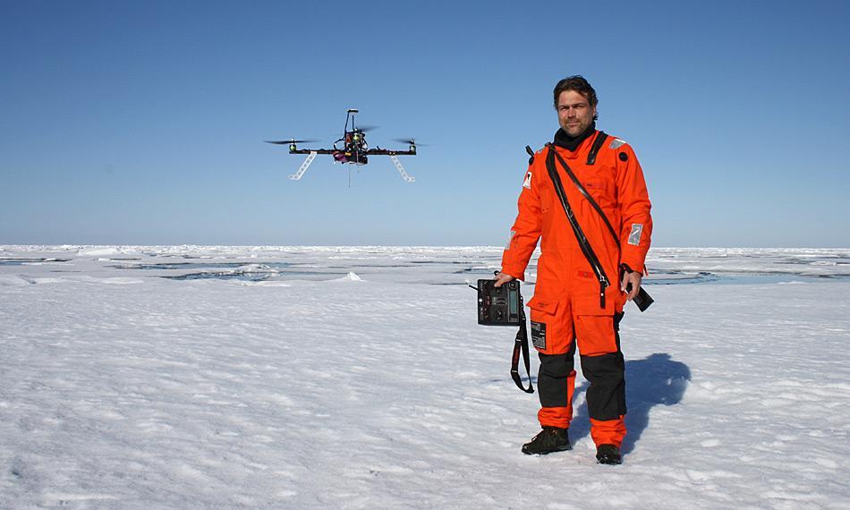 Sascha Lehmenhecker mit dem Multicopter in der Arktis. Foto: AWI, Tobias Mikschl