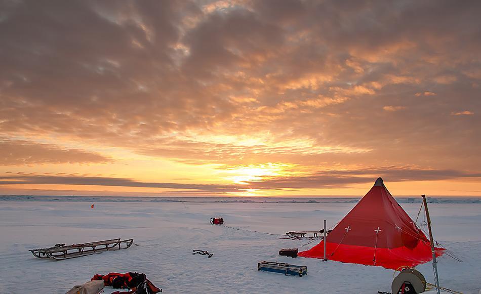 Das Arbeitscamp der AWI-Meereisphysiker auf dem Meereis. Foto: AWI, Martin Schiller