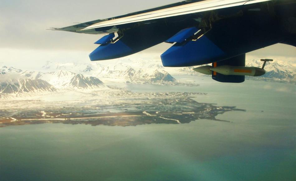 Auf dem Bild erkennt man einen Teil des Isfjorden und die Erdmannflya westlich von Longyearbyen, Svalbard. Der Blick stammt aus dem FAAM Forschungsflugzeug BAe146. Man erkennt auch das Messgerät für die Luftproben. Bild: Ignacio Pisso NILU