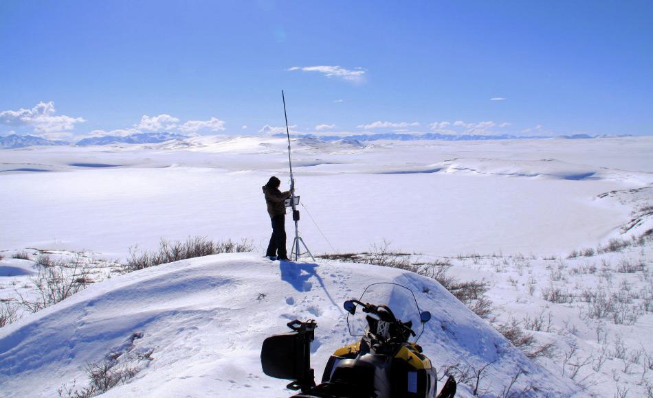 Dr. Benjamin Jones (USGS) liest Daten einer Timelapse-Kamera für die Eisbeobachtung am Ufer eines Thermokarstsees in Nord-Alaska aus. Bild: Guido Grosse