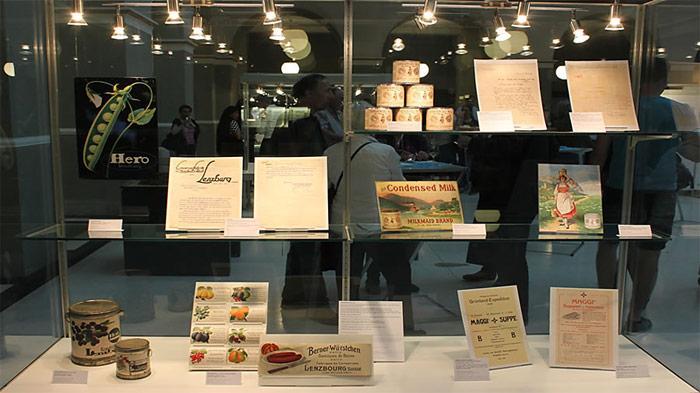 Diverse Ausstellungsobjekte veranschaulichen die Bedingungen einer Grönlandexpedition vor 100 Jahren. Hier eine Vitrine zur Konservennahrung von Conserven Lenzburg und der Anglo-Swiss Condensed Milk Company. Bild: Peter Nievergelt