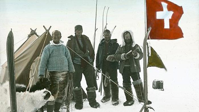 Die Expeditionsteilnehmer auf 2510 m ü. M., auf dem höchsten Punkt der Grönlanddurchquerung 1912. Von links: Der Arzt Hans Hössli, der Architekt Roderich Fick, der Ingenieur Karl Gaule und der Expeditionsleiter Alfred de Quervain.