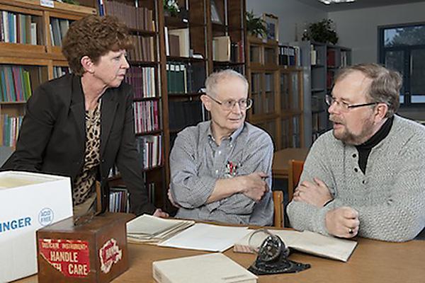 Der Autor der Studie, Prof. Gerald Newsom (mitte) mit den beiden Helfern, Laura Kissel (Archivarin Byrd Polar Research Center, links) und Raimung Goerler (pens. Arcivar der Ohio State, rechts).