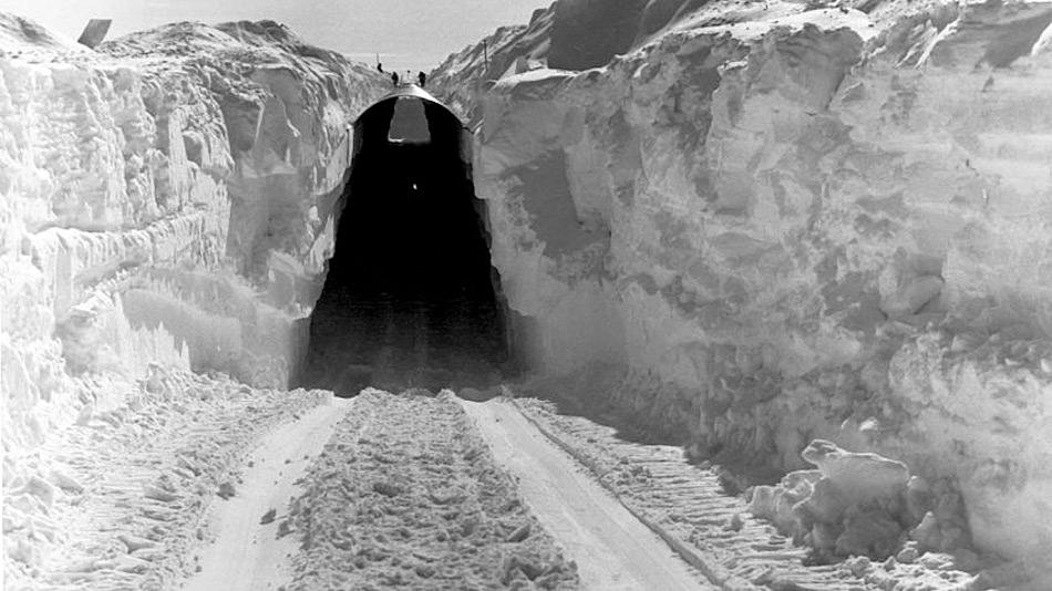 Camp Century wurde unter dem Eispanzer Grönlands erbaut, um es vor direkter Beobachtung zu schützen. Doch seine Lebensdauer war kürzer als angenommen und das Camp wurde wieder 1967 verlassen.