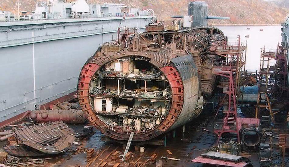 Von 1955 bis zur Auflösung der UdSSR im Jahr 1991 wurden 240 Atom-U-Boote mit Nuklearantrieb hergestellt. Viele ausser Dienst gestellte U-Boote lässt man zunächst in den Marinestützpunkten liegen, bevor sie dann abgewrackt werden.