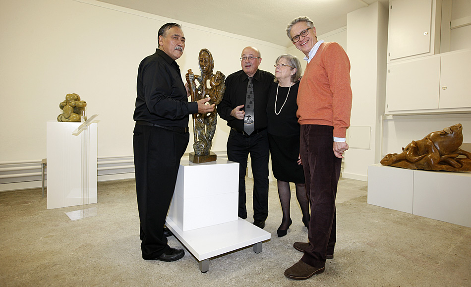Gespannt hören Perter Cerny. Martha Cerny und der Klimaforscher Prof. Dr. Thomas Stocker v.l.n.r. zu wie die Kunstwerke entstanden sind und was der Künstler damit sagen will.