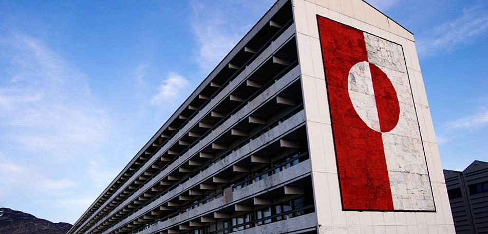 Die Nationalfahne Grönlands ist ein wichtiges Symbol für die Einwohner und hilft ihnen, ein gewisses Nationalbewusstsein und eine eigene Identität zu entwickeln. Dies ist wichtig für dieses Land, welches für lange Zeit unter dänischer Herrschaft gestanden hatte. Bild: Arctic Journal