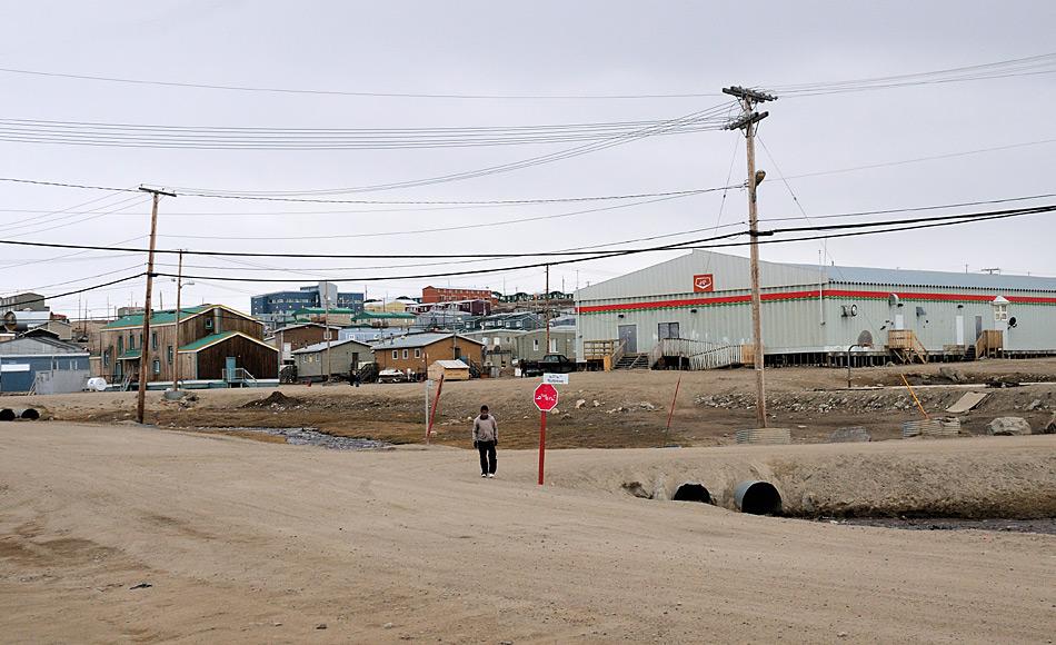 Regionale Unterschiede resultieren in verschiedenen Entwicklungsstadien arktischer Gemeinschaften. Beispielsweise sind kanadische Gemeinden besser mit der Aussenwelt und innerhalb des Staates besser vernetzt. Daher geht es den Mitgliedern dort im Vergleich zu anderen, eher abgelegenen Orten besser. Bild: Michael Wenger